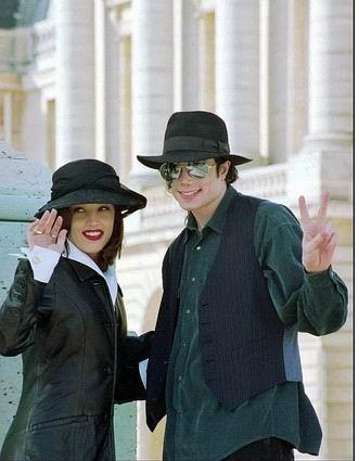 图文:杰克逊生前经典瞬间-94年与普莱斯利成婚