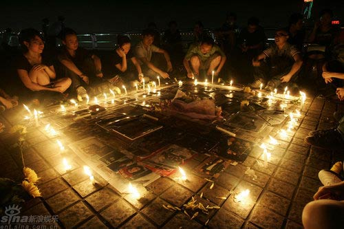 组图:重庆歌迷烛光守夜哀悼迈克尔-杰克逊
