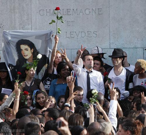 组图:巴黎圣母院前哀悼杰克逊女粉丝泪流满面