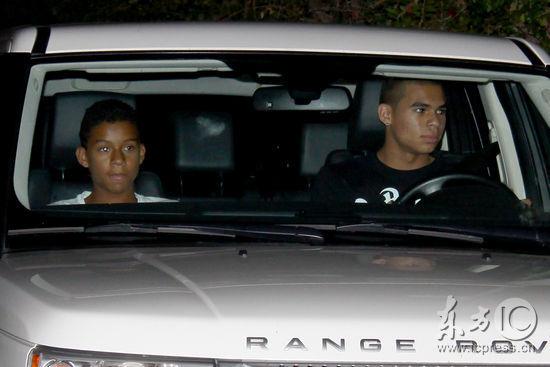 组图:杰克逊的两位侄子抵达杰克逊家族住所