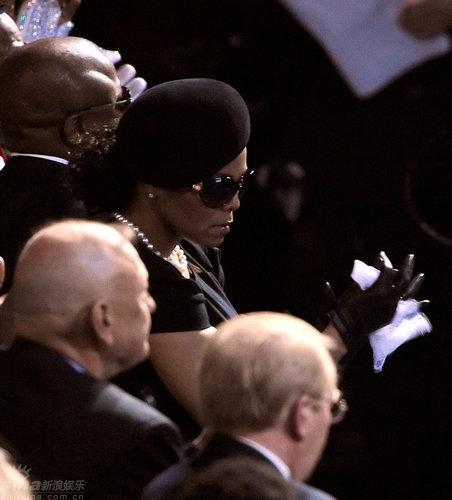 图文:珍妮-杰克逊悼念哥哥墨镜遮面神情哀伤