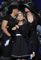 组图:杰克逊家人登台追忆女儿帕丽斯泣不成声