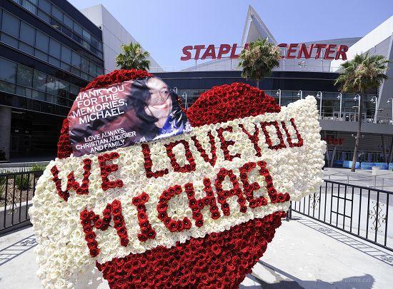 """图文:歌迷用鲜花拼图""""我们爱你迈克尔"""""""
