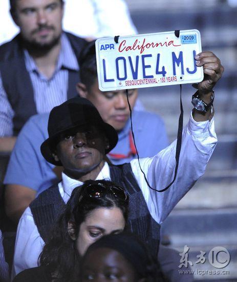 图文:杰克逊公众悼念仪式--粉丝高举车牌