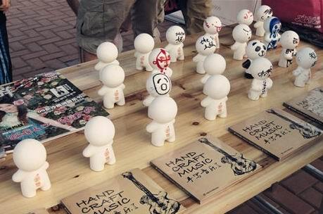 图文:长沙橘州音乐节次日--乐队签名的人偶
