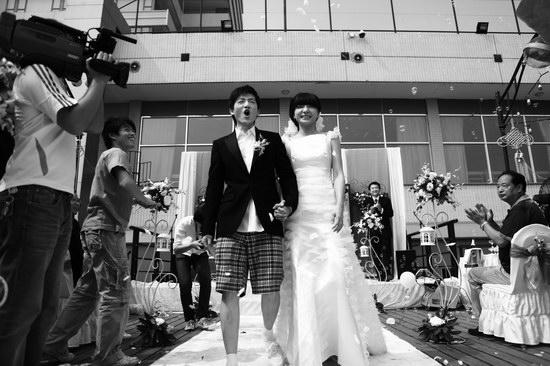 组图:春晓彭坦武汉办婚礼长江边深情拥吻