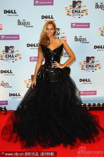 图文:MTV欧洲奖后台-里昂那・刘易斯着黑纱裙