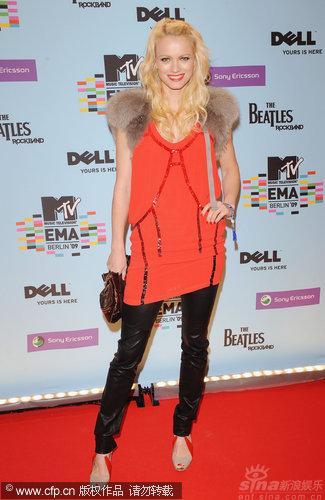 图文:MTV红毯-德名模佛朗斯卡着低胸衫配皮裤