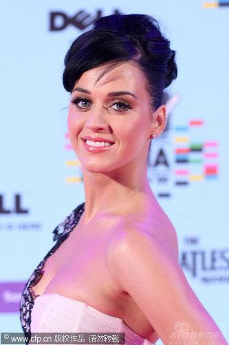 图文:09MTV欧洲音乐奖红毯-凯蒂-佩里回眸一笑