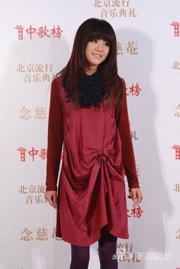 图文:09中歌榜颁奖礼红毯-魏佳庆甜美微笑