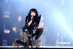 组图:张惠妹台北开唱High爆全场与小S玩亲亲