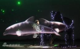 组图:周杰伦演绎4D虚拟秀演唱会加入魔术元素