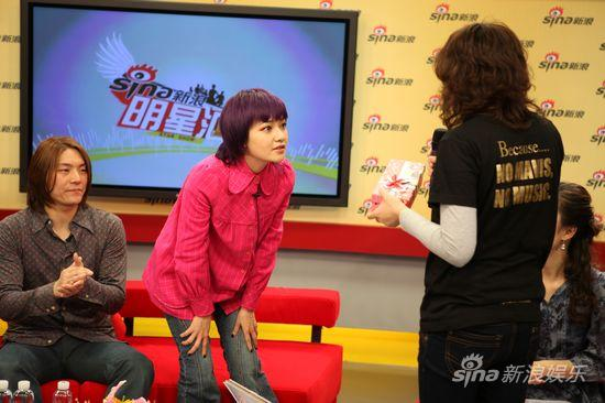 图文:范晓萱做客聊新碟-歌迷送上礼物