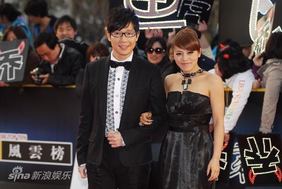 图文:东方风云榜颁奖红毯-丁当品冠夫妻相