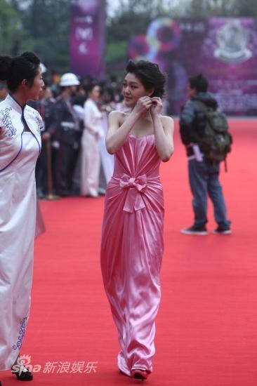 图文:华语榜中榜红毯-大S整理耳环