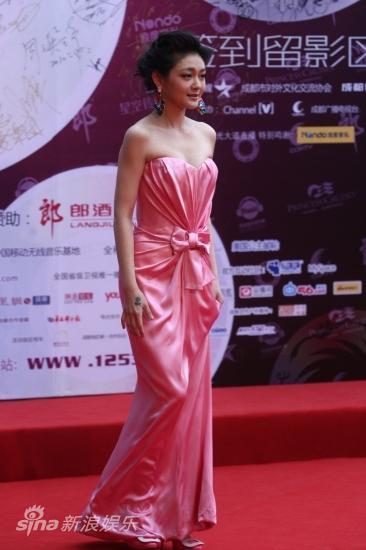 图文:华语榜中榜红毯-大S轻提长裙