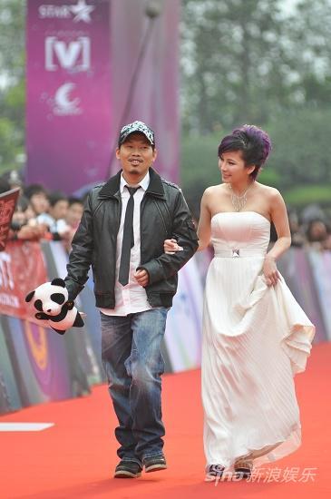 图文:华语榜中榜颁奖礼红毯-方文山和温岚