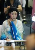 组图:李玉刚日本巡演亲自化妆男儿瞬间变媚女
