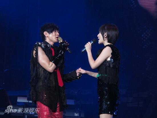 图文:林俊杰成都开唱-深情对唱
