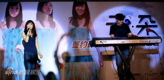 新浪娱乐讯 羌族女孩云朵于今日(4月13日)正式加盟环球音乐,并推出同名新专辑《云朵》。新东家环球音乐专门为云朵打造了纯白色、镶钻麦克风,其恩师刀郎也亲自出山为爱徒站台。此外,陆川、谭咏麟也透过VCR送上最真诚的祝福。而云朵的三跨度真声高音现场演唱,更是技惊四座。   一首《爱是你我》让云朵走入大众的视线,作为歌曲的原唱,云朵很感谢小沈阳让这首脍炙人口的作品得到了更好的推广,也让更多的人通过这首歌认识了这位来自四川羌族的女孩云朵。而即将展开自己世界巡回演唱会的刀郎,在百忙之后抽身来到记者会现场更亲自