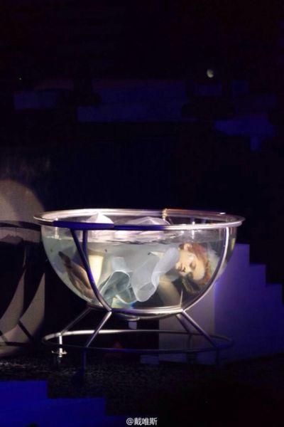 �钬┝粘�完最后一首歌,潜进水缸,象征回到无声世界。