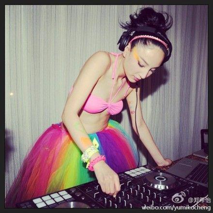 """郑希怡化身""""彩虹""""DJ"""