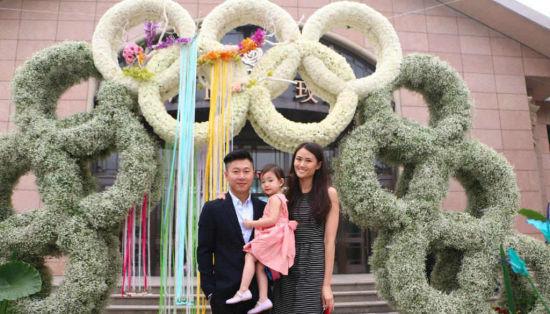 李小鹏带着奥莉在北京参加婚礼