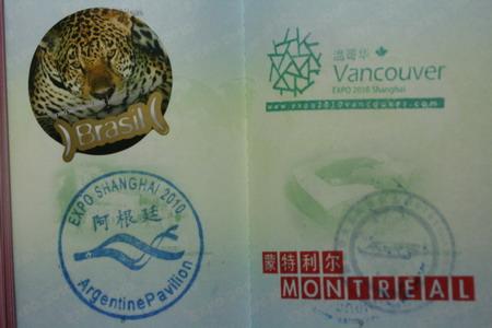 左上的巴西国家馆印章其实是一张贴纸,有好几种图案供游客选择。