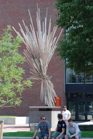 """波士顿大学校园内一座名为""""爆炸""""的雕塑"""