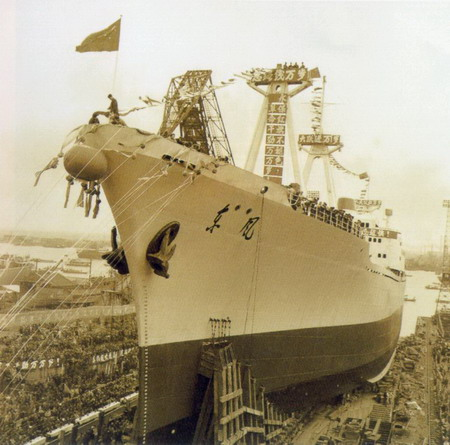"""1960年4月15日,新中国第一艘自行设计建造的万吨轮""""东风""""号下水"""