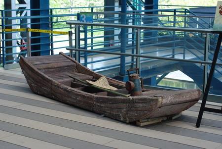 上海世博园区宝钢大舞台,一艘离开水面的江南小木船