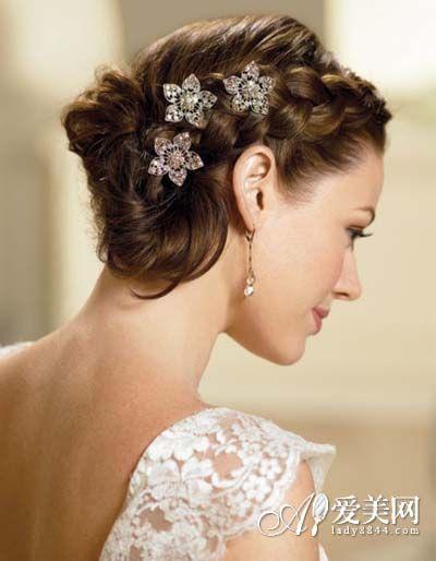 发型 彰显高雅气质女神范儿     拥有俏皮刘海的新娘盘发,甜美可爱.