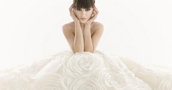 误区一:缎面婚纱比纱质婚纱好   但如果新娘长相甜美,可爱,活泼