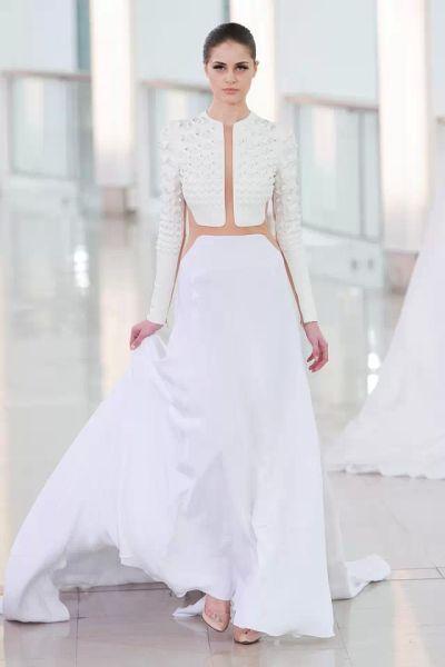 ▲StéphaneRolland的铆钉拼接婚纱礼服,大胆的创新设计。
