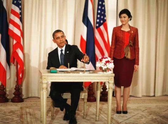 站在奥巴马背后撅嘴的英拉,感觉就像陪嫁到白宫有着受不完气的小媳妇儿。