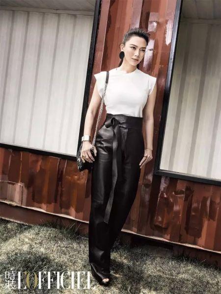 圆领梭织上衣 Calvin Klein 皮质直筒长裤 Loewe 碎花格纹包 Dior 金属皮革拼接手镯 Furla 黑色圆片耳环 H & M 金属几何戒指 H & M