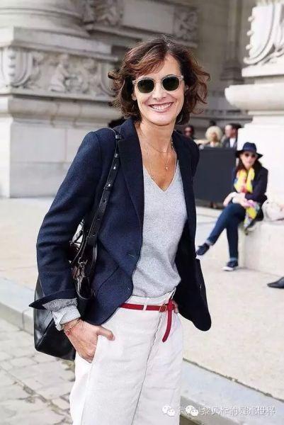 还是伊娜,她经常穿着西装外套出入各种场合