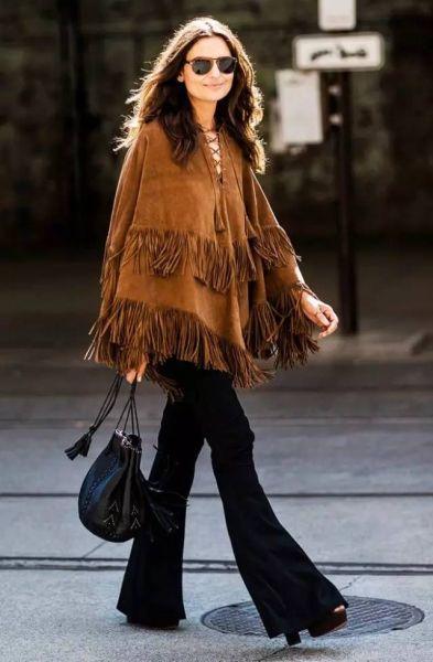 驼色麂皮的流苏斗篷搭配大热的阔腿裤