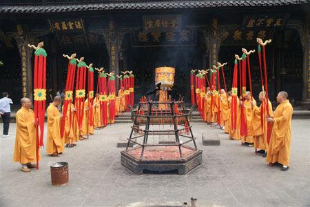 """""""幢""""是佛堂、佛像的庄严标志,""""幢""""也是佛菩萨等执持之物。"""