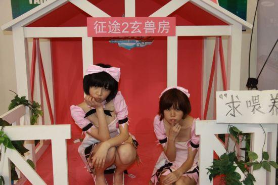 巨人萝莉双胞胎到处PK比萌