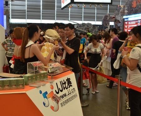 JJ比赛现场,领取礼物的观众排起了长龙