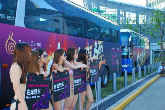 瞧!大巴车都有《九阴真经》的LOGO,不过前面几个比基尼妹子亮了