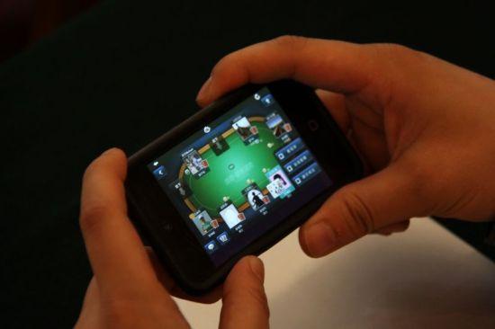 嘉宾用手机玩游戏