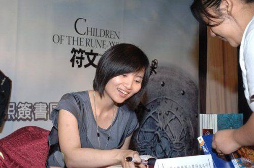 韩女作者写网游小说赚1个亿 签售会满面春风