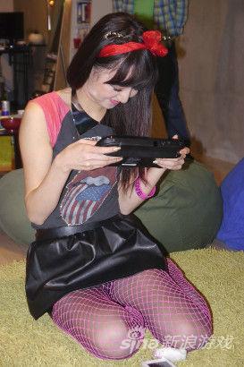 美女们握着WiiU玩的不亦乐乎