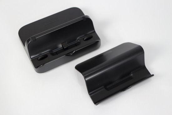 WiiU游戏平板用的立架(前)与充电架(后)