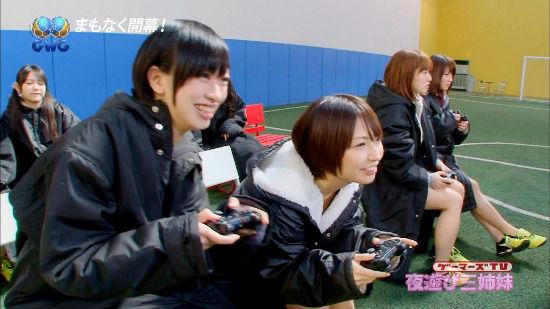 摇杆甩动 日本女优集体穿泳装玩《FIFA 13》 (5)