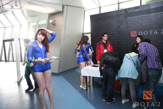 图12 DOTA2气质模特在展台与玩家互动