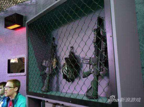 展位墙上还布置枪枝等,营造游戏气氛