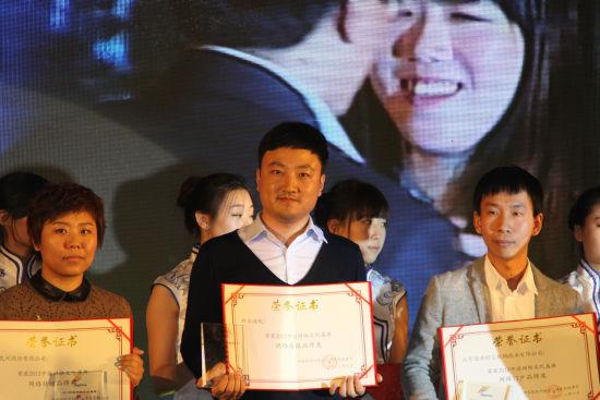 新浪游戏事业部副总经理杨振代表公司领奖